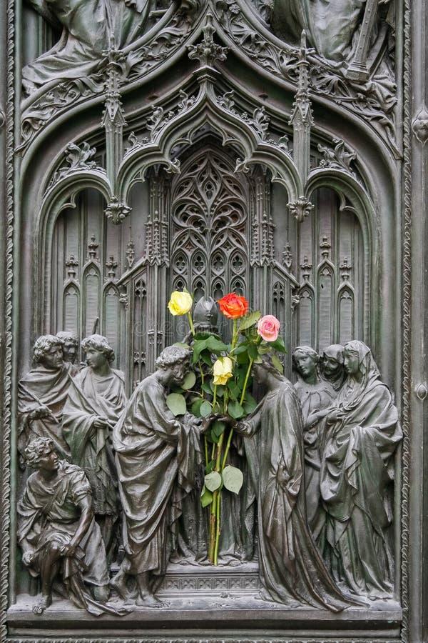 MEDIOLAN, ITALY/EUROPE - LUTY 23: Szczegół główny drzwi przy t fotografia royalty free