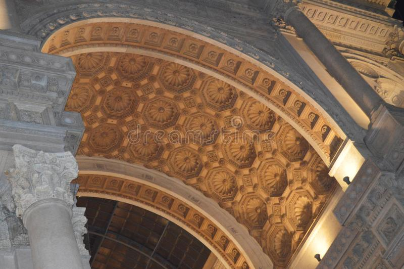 Mediolan 05 2018 Oct - łuk Galleria Vittorio Emanuele II w tle czarny niebo z Złotym obraz stock