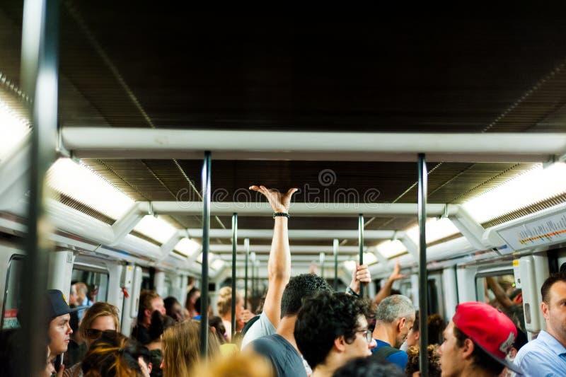 Mediolan, Włochy - 20 2018 Lipiec: wśrodku zatłoczonego metro furgonu podziemny pełnego ludzie stać fotografia royalty free