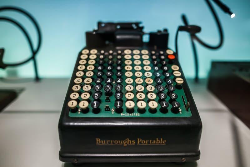 MEDIOLAN WŁOCHY, CZERWIEC, - 9, 2016: retro maszyna do pisania przy nauką i fotografia stock