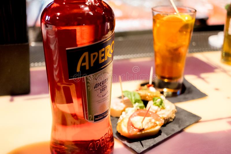 Mediolan, Włochy - 20 2019 Kwiecień: butelka włoski napoju aperol spritz na baru wierzchołku z tradycyjnym włoskim szczęśliwej go obraz stock