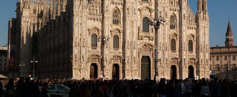 Mediolan Włochy, Marzec, - 23, 2019: Panorama Duomo Ludzie przed fasadą włoski gothic kościół w centre Mediolan, Włochy obraz stock