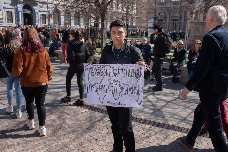 MEDIOLAN, WŁOCHY, 15/03/2019, Piątek dla przyszłości, azjatykci aktywista uczestniczy w wydarzeniu zdjęcia stock