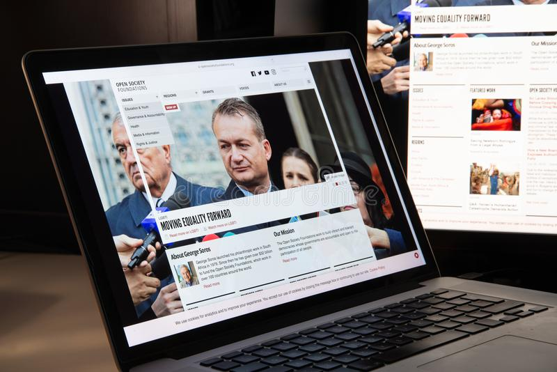 Mediolan Włochy, Sierpień, - 15, 2018: Otwartego społeczeństwa podstaw NGO sieć zdjęcie stock