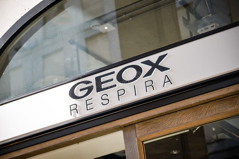 Geox Sklep W Rzym, Włochy Z Ludźmi Robić Zakupy Zdjęcie