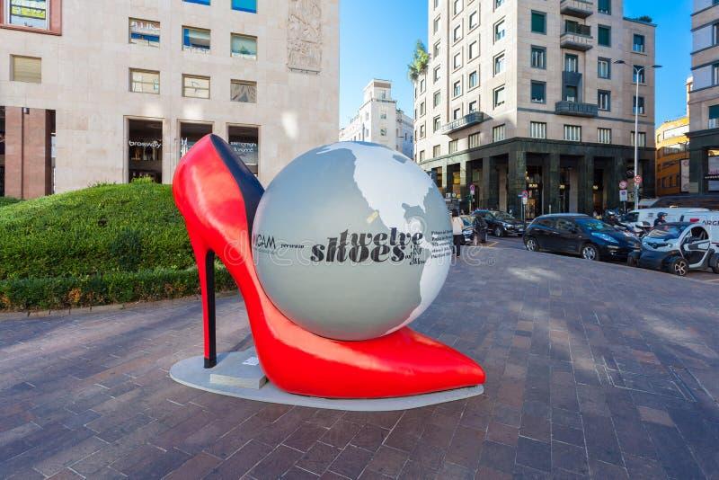 MEDIOLAN WŁOCHY, Wrzesień, - 06, 2016: Instalacja ogromni czerwoni szpilki buty z kulą ziemską inside z tytułu Dwanaście butami zdjęcie royalty free
