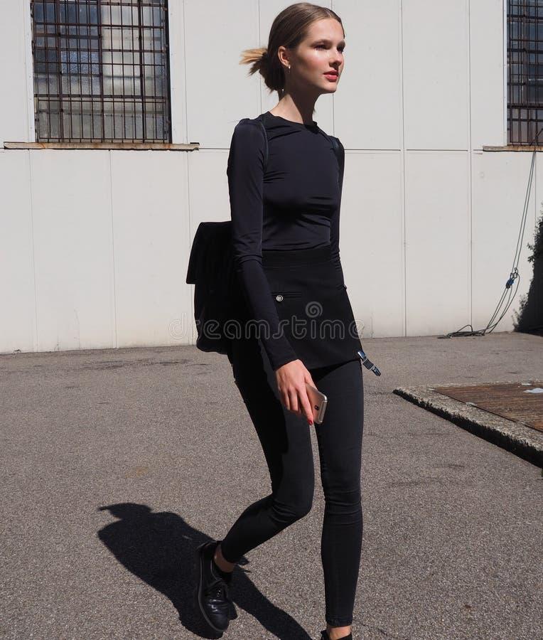 MEDIOLAN, WRZESIEŃ - 21: Młody wzorcowy odprowadzenie po LES COPAINS pokazu mody podczas Mediolańskiej moda tygodnia wiosny, lata obraz royalty free