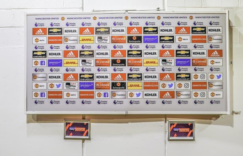 Medios área en el club del fútbol del Manchester United, tablero de la entrevista de anuncio blanco fotos de archivo libres de regalías