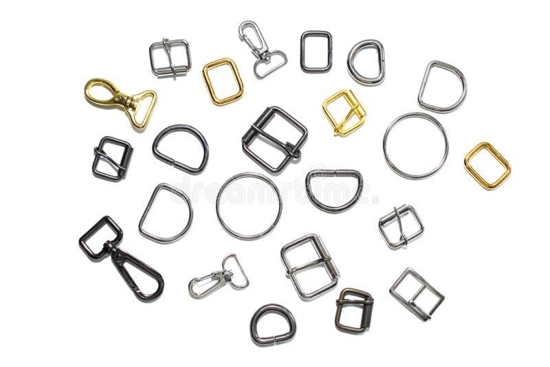 Medios anillos, hebillas y carabinas del metal en un fondo blanco Visión desde arriba fotografía de archivo libre de regalías