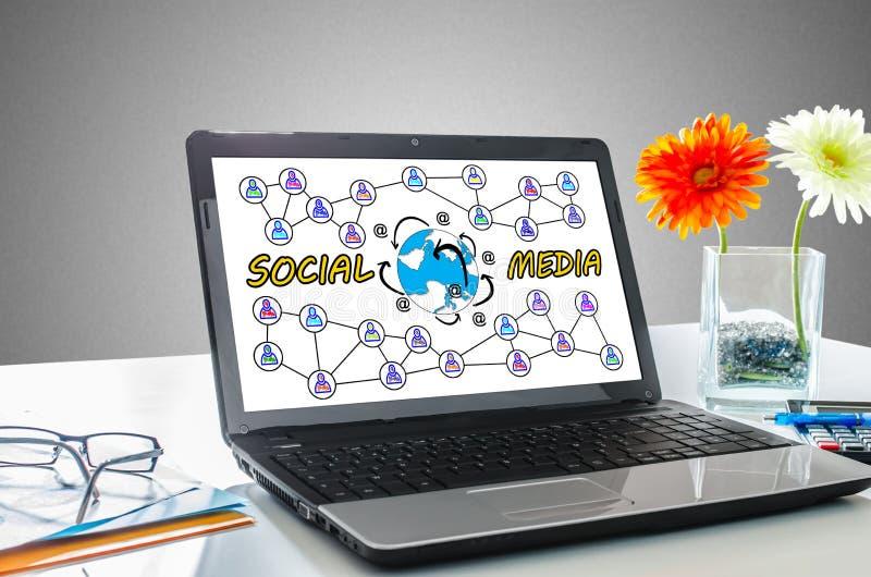 Medios concepto social en una pantalla del ordenador portátil imagen de archivo