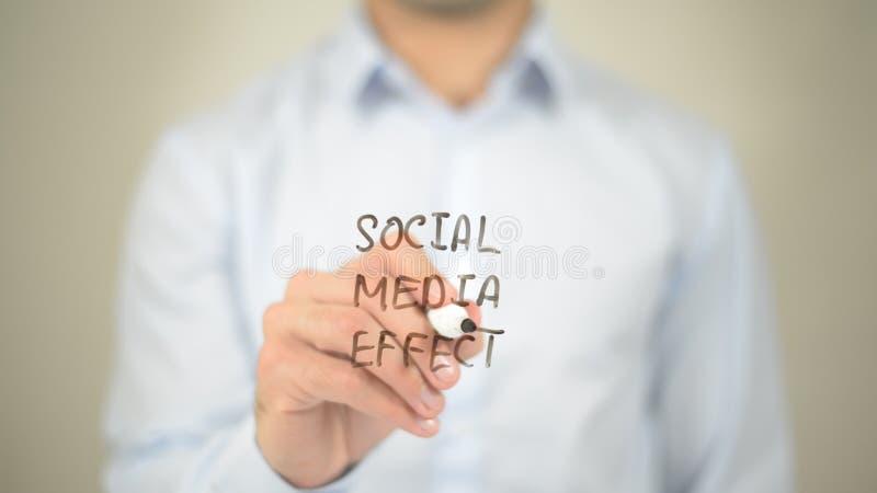 Medios efecto social, escritura del hombre en la pantalla transparente foto de archivo libre de regalías