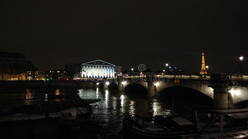 Medios en París del noche foto de archivo