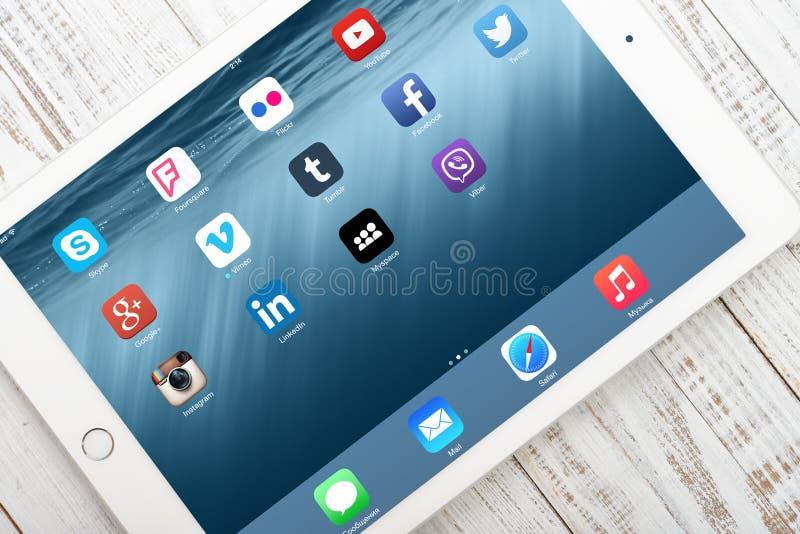 Medios iconos sociales en la pantalla del aire 2 del iPad imágenes de archivo libres de regalías