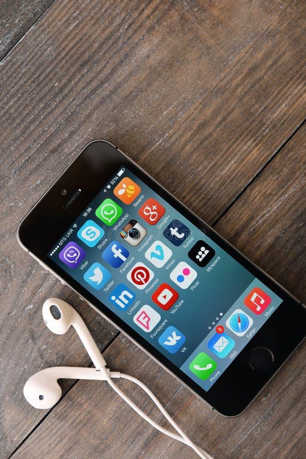 Medios iconos sociales en la pantalla del iPhone fotos de archivo