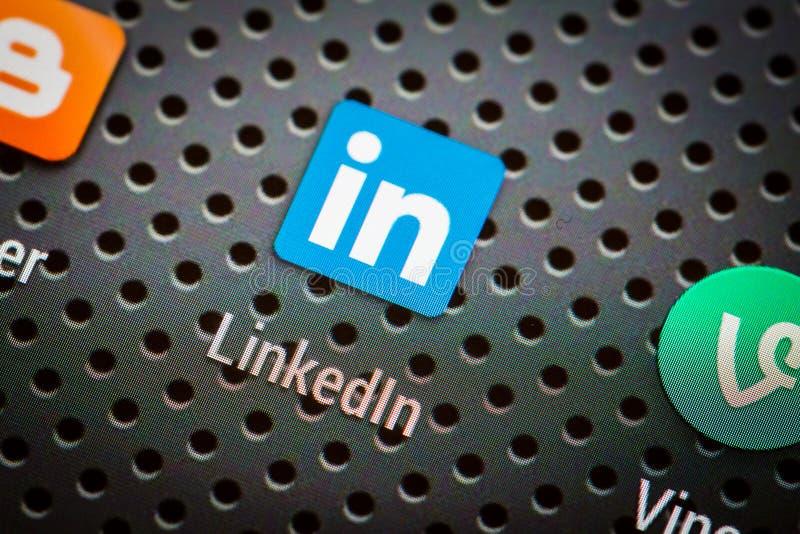 Medios iconos sociales en la pantalla elegante del teléfono imagenes de archivo
