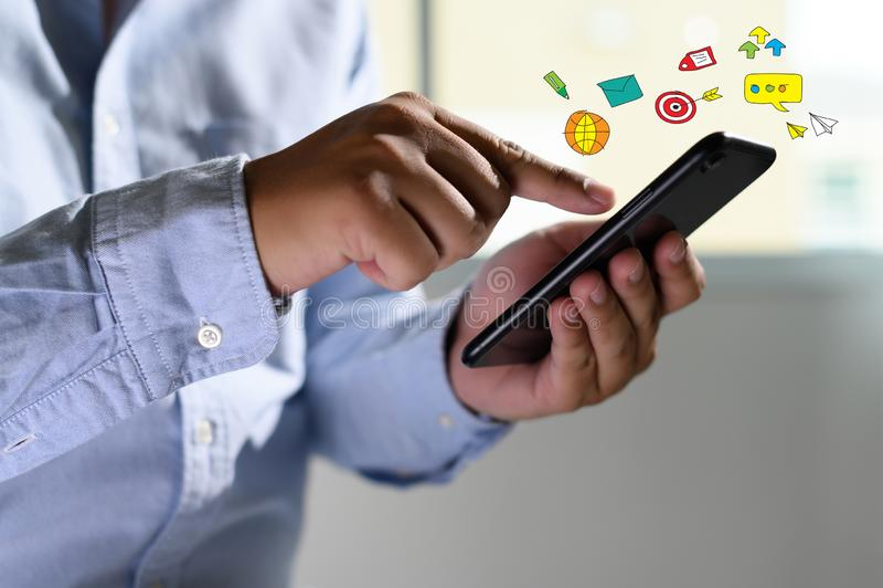 Medios sociales, concepto social de la red con el teléfono elegante del hombre del teléfono con el diagrama de red social de los  foto de archivo libre de regalías