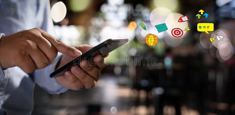 Medios sociales, concepto social de la red con el teléfono elegante del hombre del teléfono con el diagrama de red social de los  fotos de archivo libres de regalías