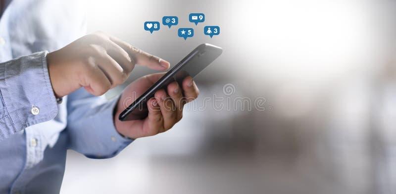 Medios sociales, concepto social de la red con el teléfono elegante del hombre del teléfono con el diagrama de red social de los  imágenes de archivo libres de regalías