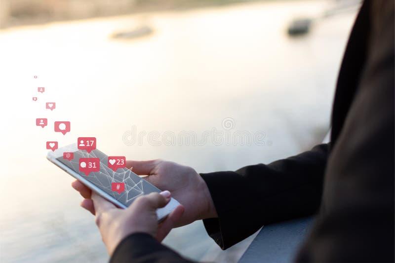 Medios sociales, concepto social de la red con el tel?fono elegante foto de archivo