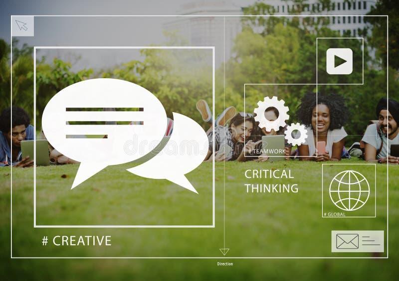 Medios sociales de los amigos que conectan compartiendo al aire libre concepto foto de archivo libre de regalías