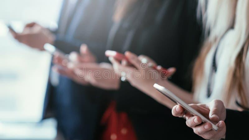 Medios sociales del problema de comunicación de Phubbing imagenes de archivo