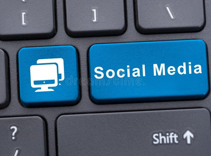 Medios sociales en el botón azul en el teclado imagen de archivo libre de regalías