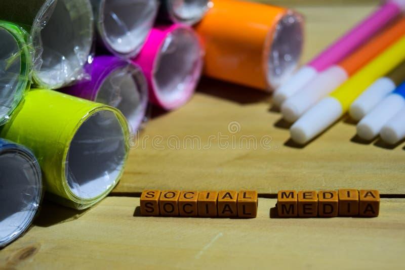 Medios sociales en los cubos de madera con el papel y la pluma coloridos, inspiración del concepto en fondo de madera imagenes de archivo