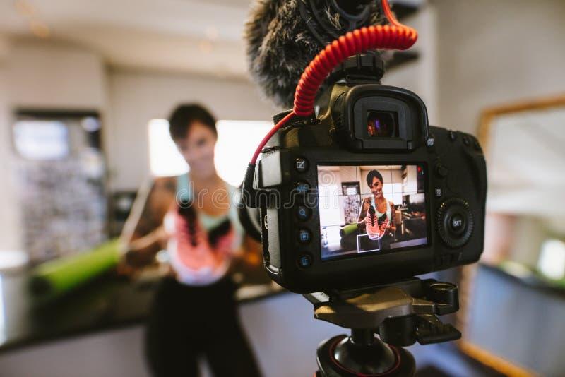 Medios vídeo social de la grabación del influencer para el blog foto de archivo