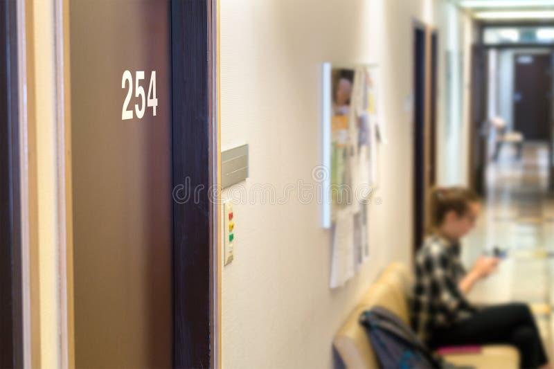 Medique a área ou a sala de espera do ` s no hospital imagem de stock