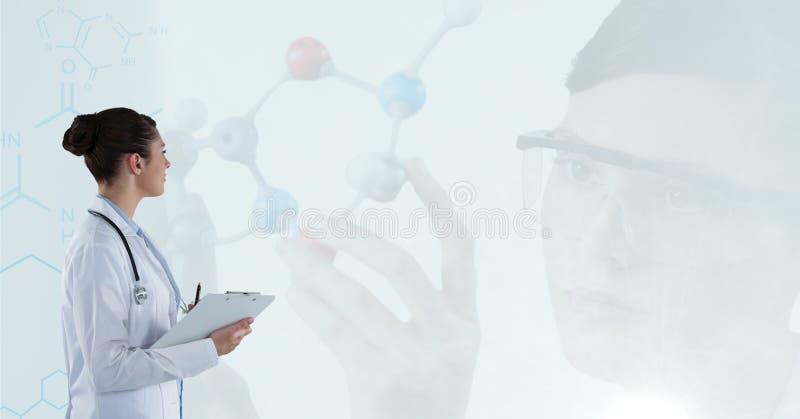 Medique as notas e o cientista de travamento que trabalham com moléculas fotografia de stock royalty free