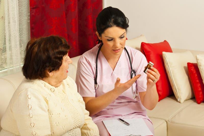 Medique a doação de medicinas à mulher idosa imagem de stock