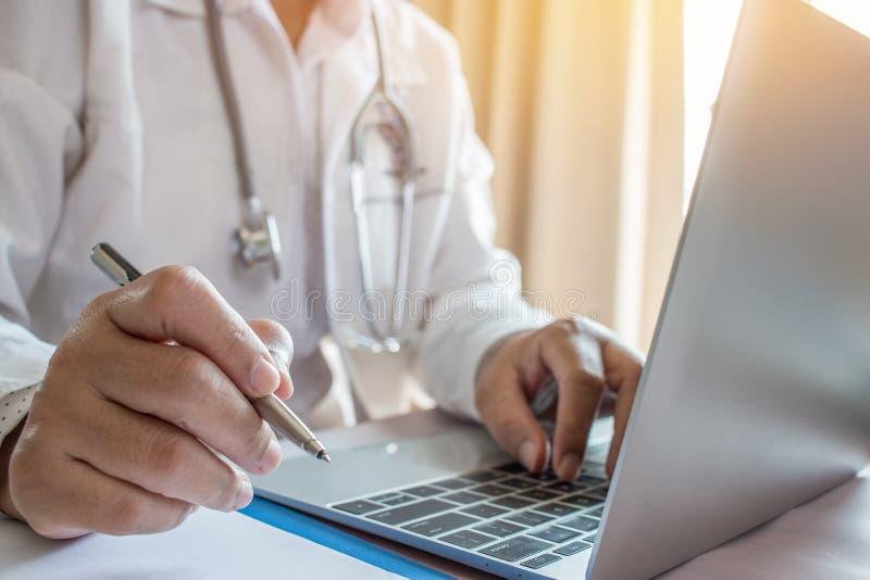 Medique a escrita e o funcionamento do ` s no laptop, prescri da escrita foto de stock royalty free