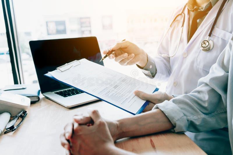 Medique a fala a um paciente superior em uma clínica imagens de stock