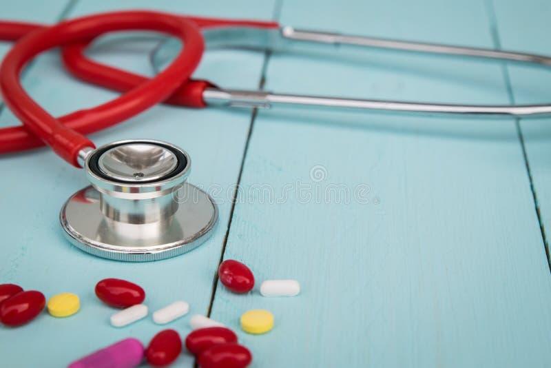 Medique a ferramenta e os comprimidos na tabela azul fotos de stock