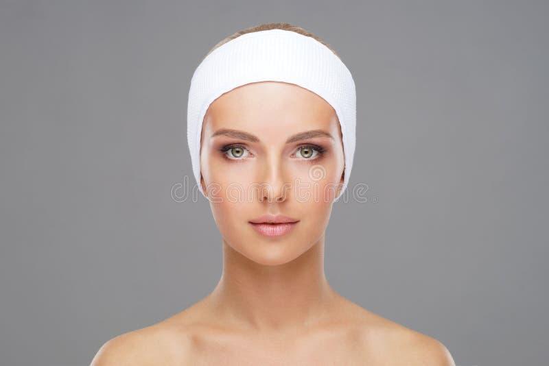 Medique a injeção em uma cara bonita de uma jovem mulher Conceito da cirurgia plástica foto de stock