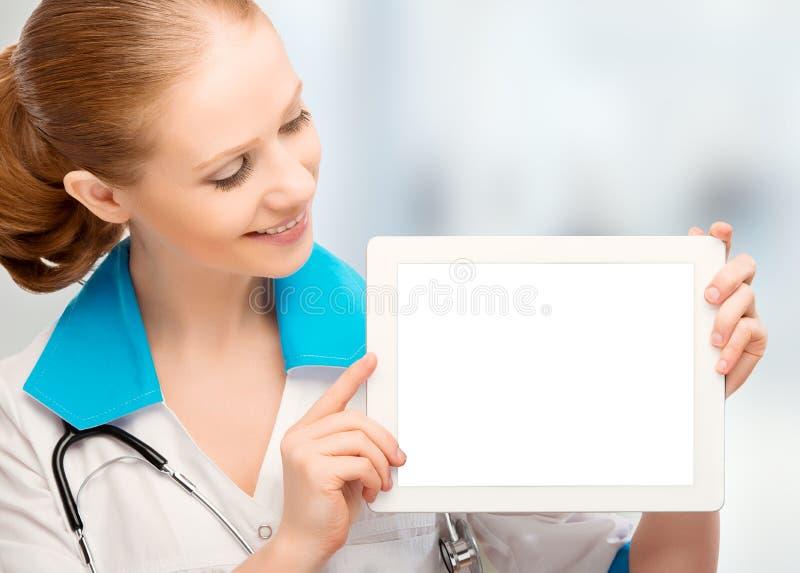 Medique a mulher que guardara um computador branco vazio da tabuleta foto de stock royalty free