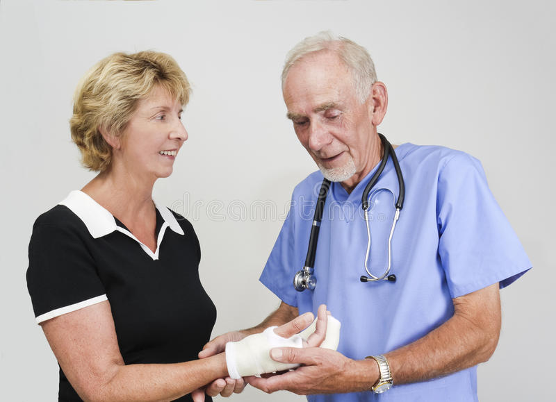 Medique a mulher sênior de exame com mão no molde foto de stock royalty free