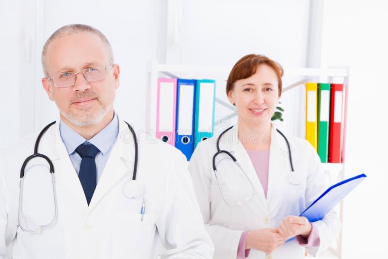 Medique o levantamento no escritório com pessoal médico, ele está vestindo um estetoscópio Conceito da medicina da qualidade Segu fotografia de stock royalty free