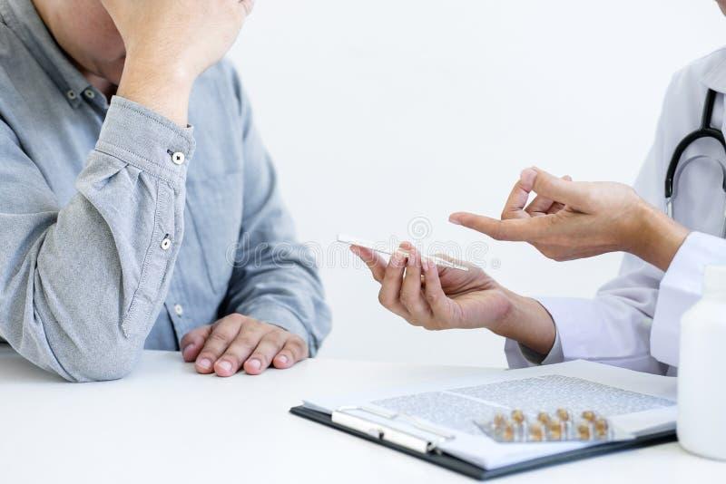 Medique o paciente de consulta e recomende métodos de tratamento e ho fotografia de stock
