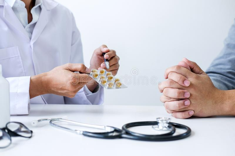 Medique o paciente de consulta e recomende métodos de tratamento e ho imagens de stock royalty free