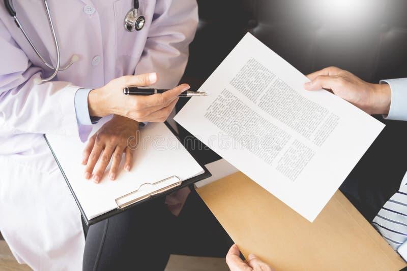 Medique o ` paciente de informação s do informe médico do diagnóstico do pape fotografia de stock