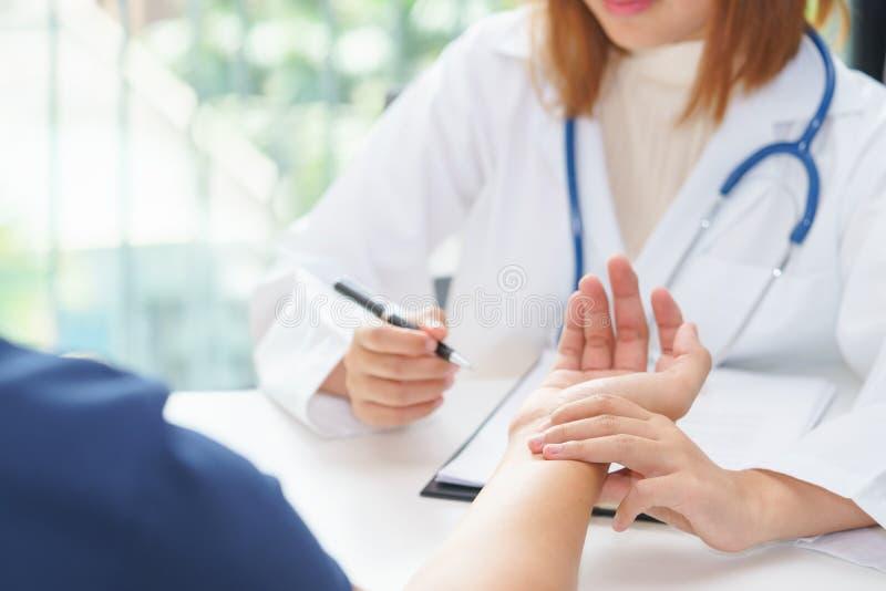 Medique o pulso de exame do paciente pelas mãos, diagnóstico médico co imagens de stock royalty free