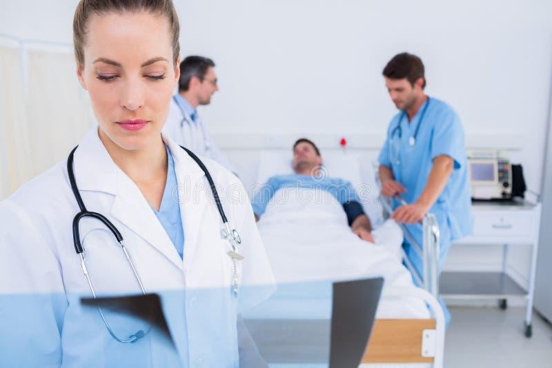 Medique o raio X de exame com cirurgiões e paciente no hospital imagem de stock royalty free