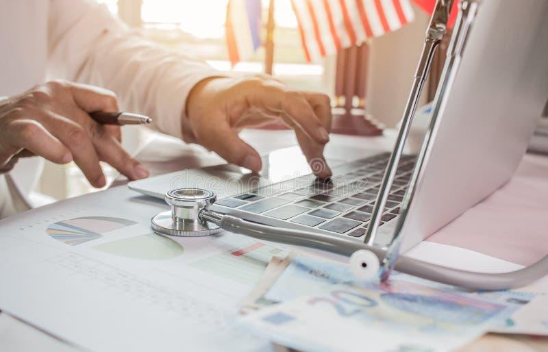 Medique o trabalho no laptop com análise e dinheiro do relatório imagens de stock royalty free
