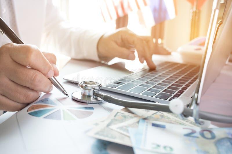 Medique o trabalho no laptop com análise e dinheiro do relatório fotos de stock royalty free