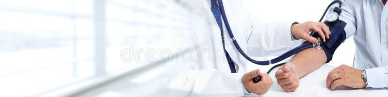 Medique a pressão sanguínea paciente de medição foto de stock royalty free