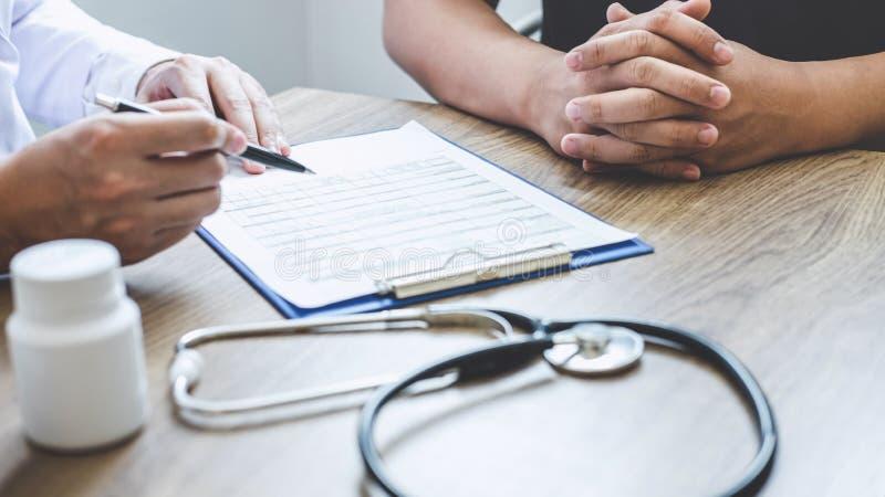 Medique ter a conversação com o quando paciente que discute explicando sintomas ou saúde do diagnóstico do conselho e para consul fotografia de stock royalty free
