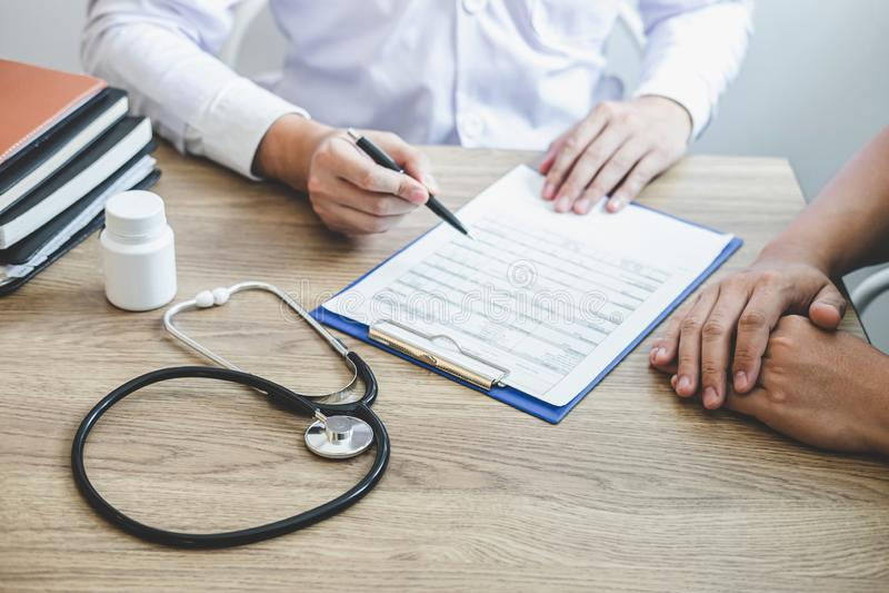Medique ter a conversação com o quando paciente que discute explicando sintomas ou saúde do diagnóstico do conselho e para consul imagem de stock royalty free