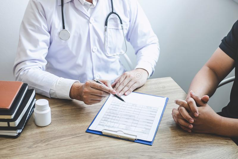 Medique ter a conversação com o quando paciente que discute explicando sintomas ou saúde do diagnóstico do conselho e para consul imagens de stock