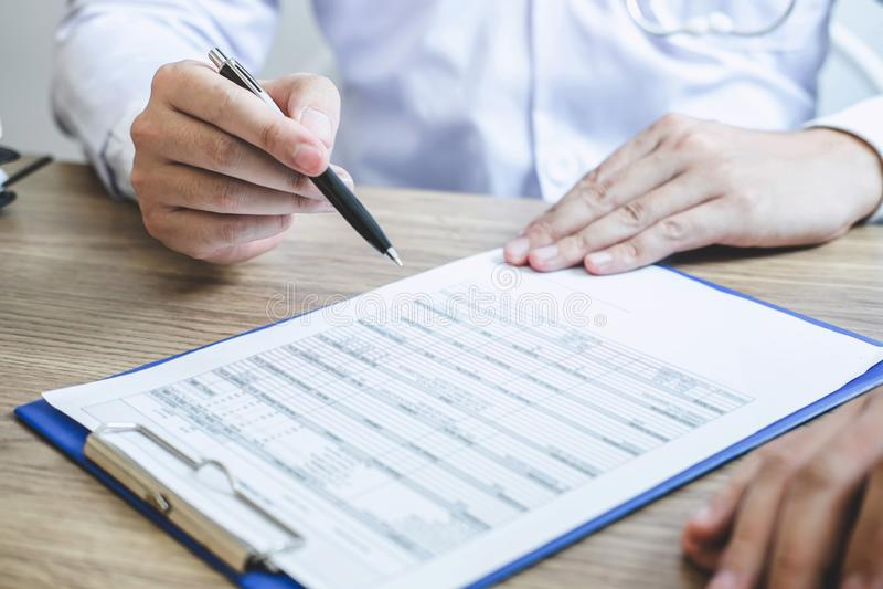 Medique ter a conversação com o quando paciente que discute explicando sintomas ou saúde do diagnóstico do conselho e para consul imagens de stock royalty free